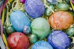 Ovos de Easter em uma cesta Fotografia de Stock