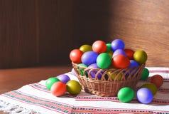 Ovos de Easter em uma cesta Fotos de Stock Royalty Free