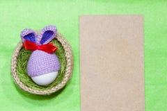 Ovos de Easter em uma cesta Ovo no tampão do coelhinho da Páscoa Foto de Stock