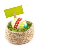 Ovos de Easter em uma cesta Ovos pintados Cesta feita malha da juta, s Fotografia de Stock