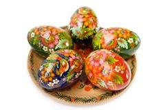 Ovos de Easter em uma placa no branco Foto de Stock