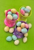 Ovos de Easter em uns copos de ovo Imagens de Stock