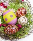 Ovos de Easter na cesta Fotos de Stock
