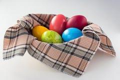 Ovos de Easter na cesta Fotografia de Stock