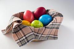 Ovos de Easter na cesta Imagem de Stock