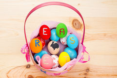 Ovos de Easter na cesta Fotos de Stock Royalty Free
