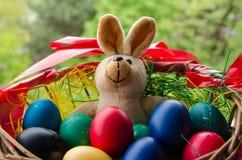 Ovos de Easter na cesta Foto de Stock Royalty Free