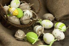 Ovos de Easter na cesta de vime Fotografia de Stock Royalty Free