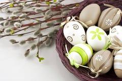 Ovos de Easter na cesta de vime Fotos de Stock Royalty Free