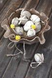 Ovos de Easter na cesta de vime Imagem de Stock Royalty Free