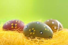 Ovos de Easter na palha amarela Imagem de Stock Royalty Free