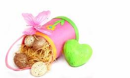 Ovos de Easter no saco cor-de-rosa e no coração verde Imagem de Stock