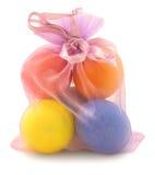 Ovos de Easter no saco pequeno no branco imagem de stock