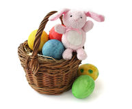 Ovos de Easter pintados e um coelho em uma cesta Fotos de Stock Royalty Free