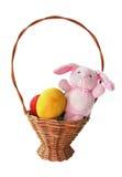Ovos de Easter pintados e um coelho em uma cesta Fotografia de Stock Royalty Free