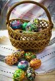 Ovos de Easter pintados em uma cesta foto de stock royalty free