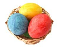 Ovos de Easter pintados na cesta Foto de Stock