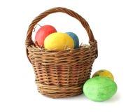 Ovos de Easter pintados na cesta Imagens de Stock