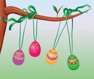 Ovos de Easter que penduram em uma filial de árvore Imagens de Stock Royalty Free