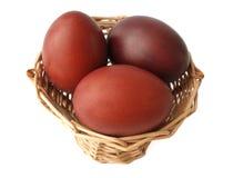 Ovos de Easter vermelhos na cesta Fotografia de Stock