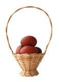 Ovos de Easter vermelhos na cesta Fotos de Stock Royalty Free