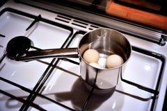 Ovos de ebulição Fotos de Stock Royalty Free