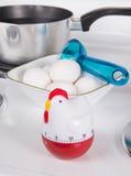 Ovos de ebulição no fogão Fotografia de Stock