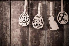 Ovos de madeira da Páscoa no fundo de madeira Foto de Stock