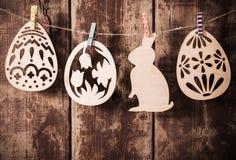 Ovos de madeira da Páscoa no fundo de madeira Imagens de Stock Royalty Free