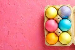 Ovos decorativos na caixa de cartão no fundo da cor, espaço para o texto fotos de stock royalty free