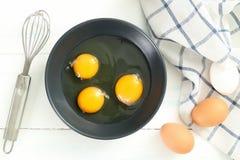 Ovos do batedor de ovos na placa cinzenta Fotos de Stock Royalty Free