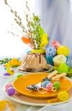 Ovos do bolo da tabela da Páscoa do serviço Foto de Stock