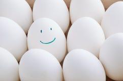 Ovos do branco e do um sorriso na bandeja horizontal Imagens de Stock
