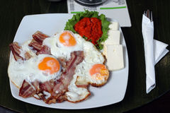 Ovos do café da manhã com bacon no restaurante Imagens de Stock Royalty Free