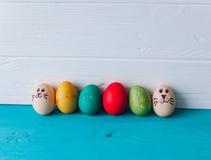 Ovos do conceito da Páscoa em um fundo de madeira Imagens de Stock