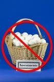 Ovos do investimento em uma cesta sem o corte imagens de stock royalty free