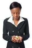 Ovos do ouro da terra arrendada da mulher nova Fotos de Stock Royalty Free