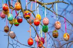 Ovos do ramo de árvore da Páscoa foto de stock