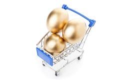 Ovos dourados da Páscoa no carrinho de compras imagens de stock