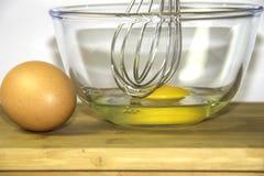 Ovos e batedor de ovos Fotos de Stock Royalty Free