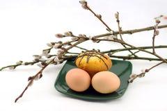 Ovos e bolo em uma placa e em um salgueiro Foto de Stock Royalty Free