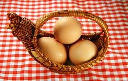 Ovos e cesta fotografia de stock royalty free