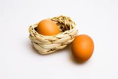 Ovos e cesta Fotografia de Stock