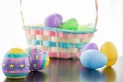 Ovos e cesta de Easter Imagens de Stock