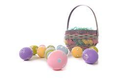Ovos e cesta de Easter Fotografia de Stock Royalty Free