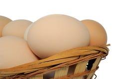 Ovos e cesta no branco Imagens de Stock
