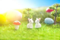 Ovos e coelhos de Easter Conceito da natureza do feriado com caça de easter Ovos no prado ensolarado Fotos de Stock