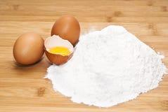 Ovos e farinha. preparação da massa Fotografia de Stock Royalty Free