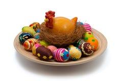 Ovos e galinha de Easter com o ninho na placa Fotos de Stock Royalty Free