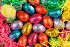 Ovos e grama de Easter com um brinquedo do pintainho foto de stock